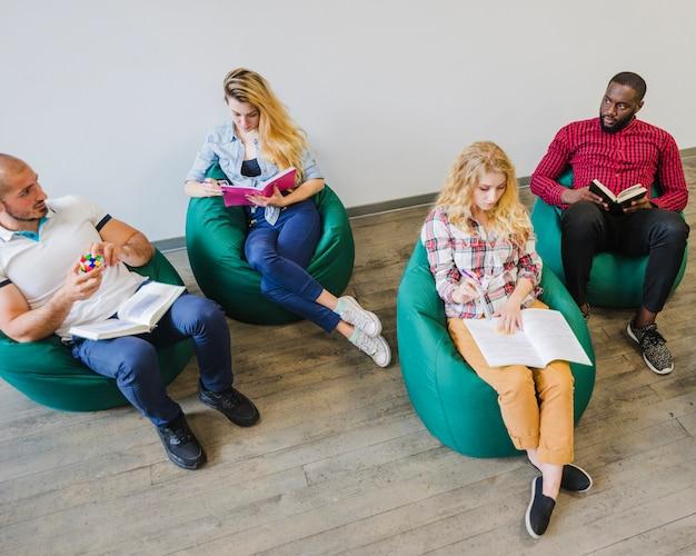 Grupo de pessoas lendo notas