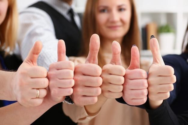 Grupo de pessoas mostra ok ou confirma com o polegar para cima durante a conferência