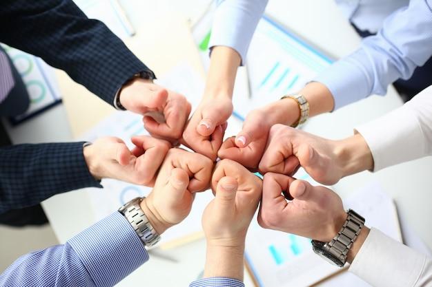Grupo de pessoas mostra ok ou confirma com o polegar