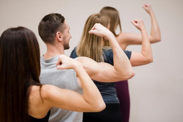 Grupo de pessoas mostrando seus músculos
