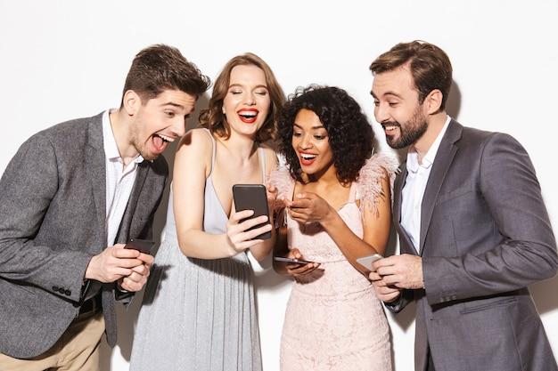 Grupo de pessoas multirraciais felizes e bem vestidas