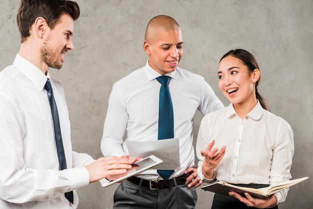 Grupo, de, pessoas negócio, compartilhar, seu, idéias, contra, parede concreta