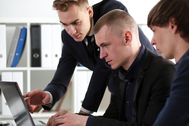 Grupo de pessoas no escritório olhar no laptop