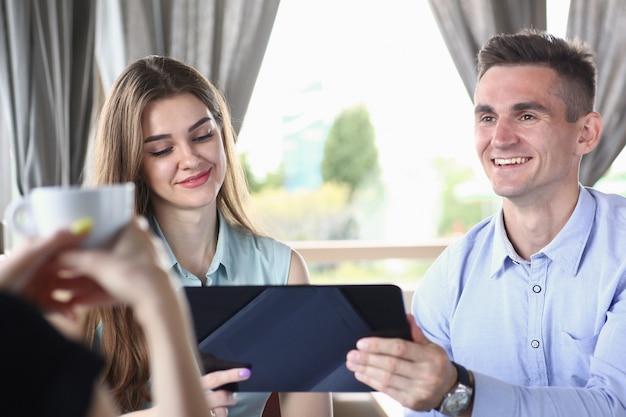 Grupo de pessoas no escritório olhar para celular tablet pc