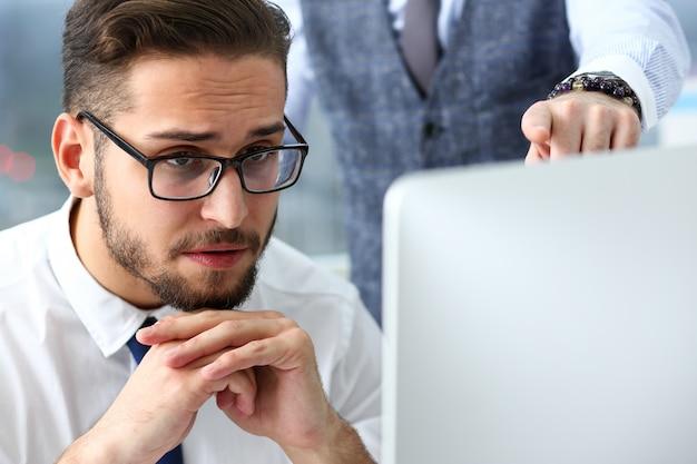 Grupo de pessoas no escritório usar laptop pc