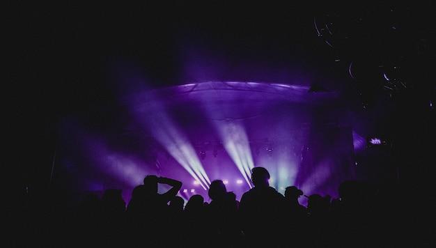 Grupo de pessoas perto do palco no show