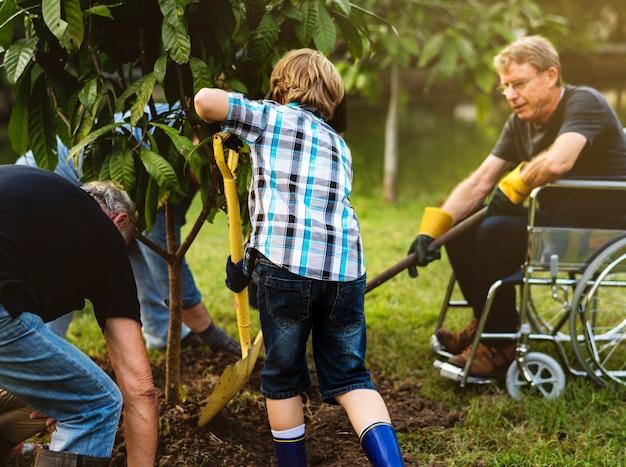 Grupo de pessoas plantar uma árvore juntos ao ar livre