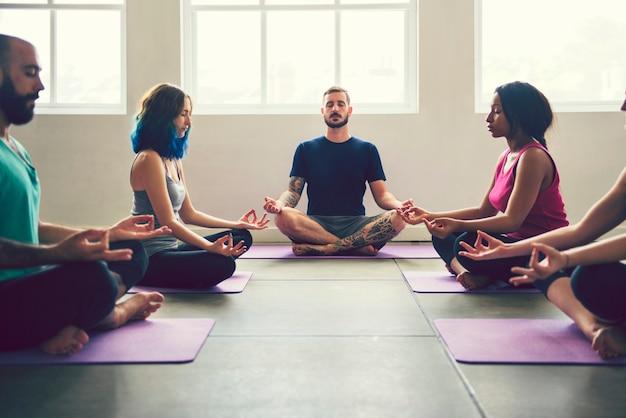 Grupo de pessoas praticando ioga