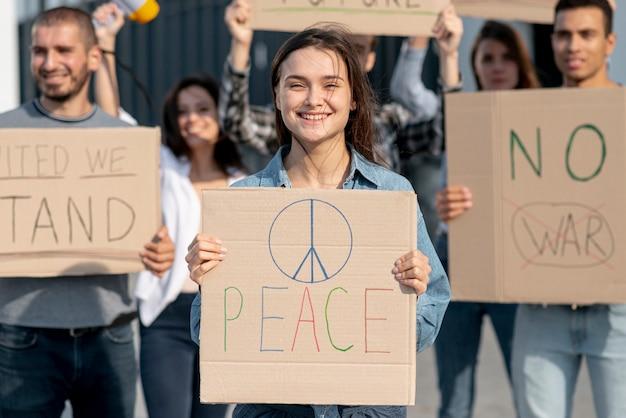 Grupo de pessoas protestando pela paz