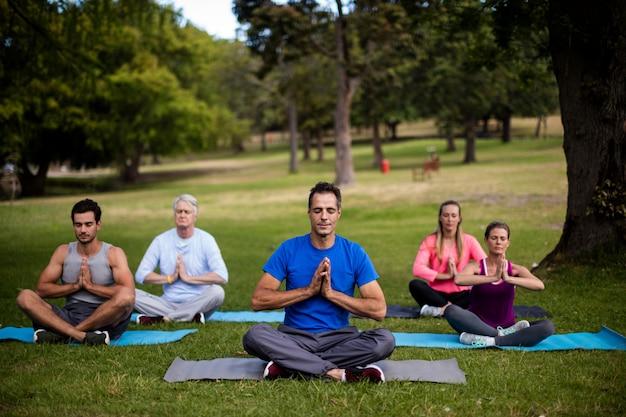 Grupo de pessoas realizando ioga