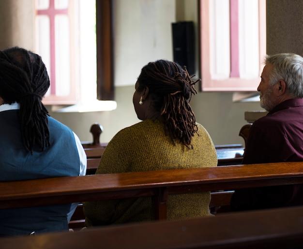 Grupo de pessoas religiosas em uma igreja