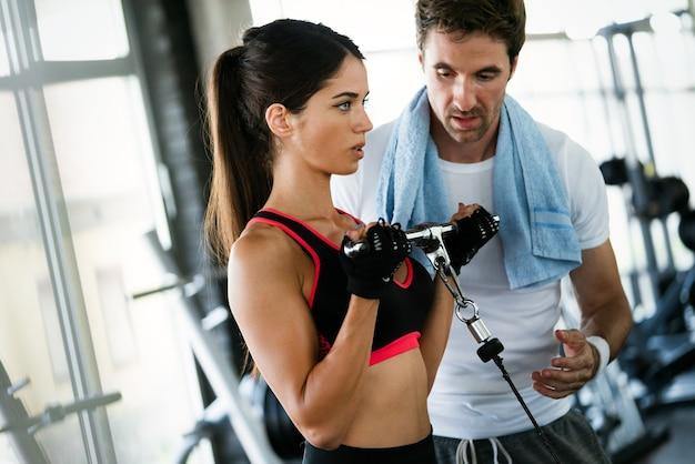 Grupo de pessoas saudáveis fazendo exercícios na academia