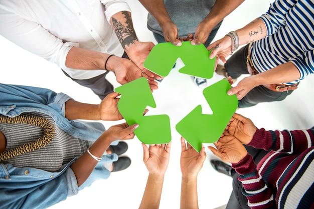 Grupo de pessoas segurando o conceito de placa de reciclagem