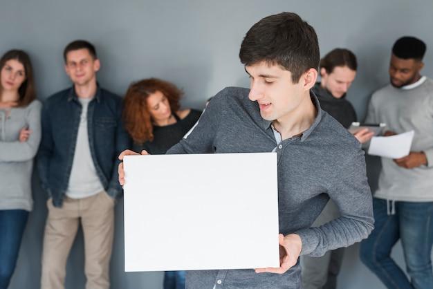 Grupo de pessoas segurando o modelo de papel em branco