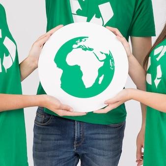 Grupo de pessoas segurando placa ecológica