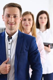 Grupo de pessoas sorridentes no escritório