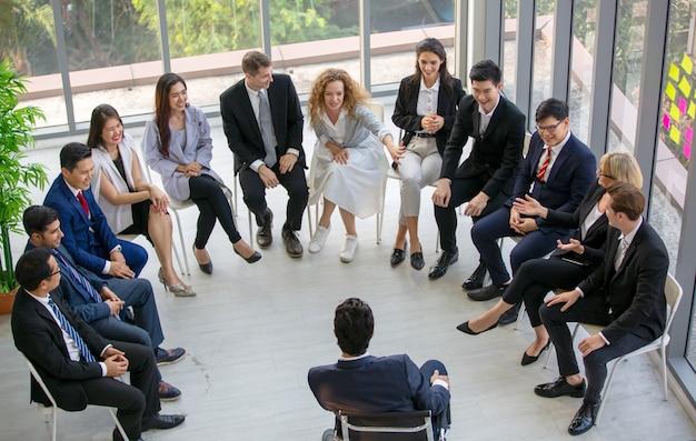 Grupo de pessoas tendo um evento corporativo
