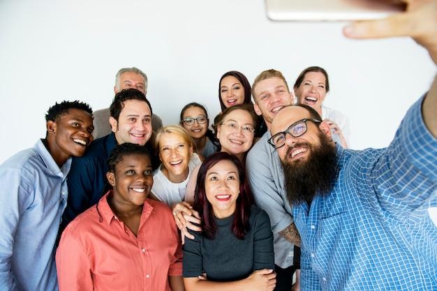 Grupo de pessoas tomando uma selfie