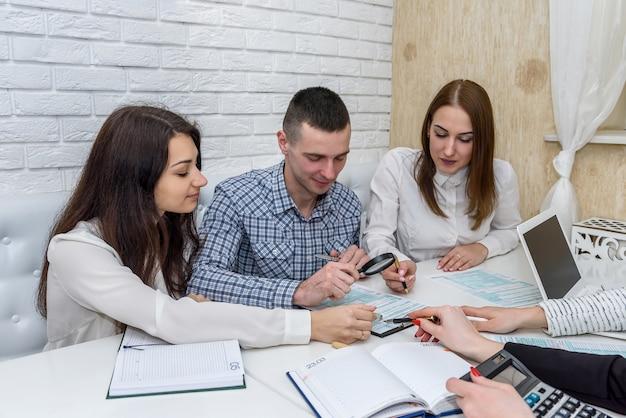 Grupo de pessoas trabalhando com formulário fiscal 1.040
