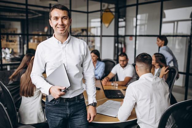 Grupo de pessoas trabalhando no plano de negócios em um escritório