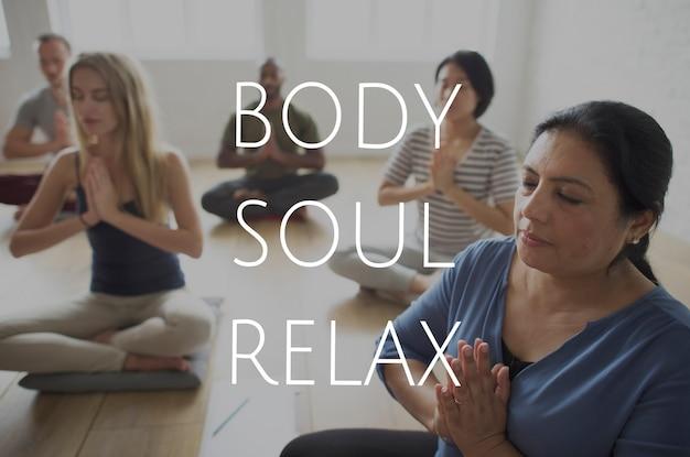 Grupo de pessoas treinando em aula de ioga para alívio da alma do corpo e da mente