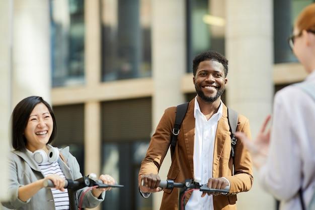 Grupo de pessoas usando scooters elétricos