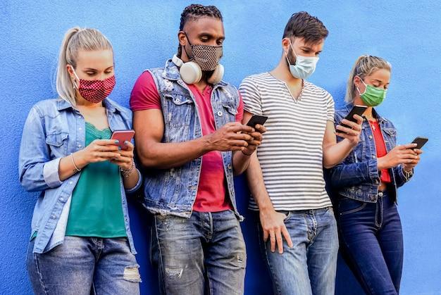 Grupo de pessoas usando smartphones