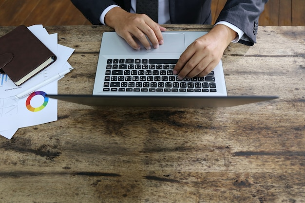 Grupo de pessoas várias nacionalidade feliz e alegre para o sucesso-los trabalhar com o laptop no escritório moderno.