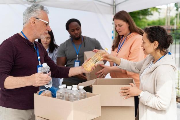Grupo de pessoas voluntárias em um banco de alimentos