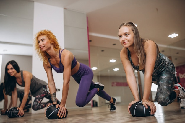 Grupo de pilates, malhando em uma academia