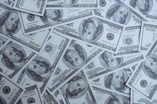 Grupo de pilha de dinheiro de notas de 100 dólares americanos muito da vista superior da textura de fundo