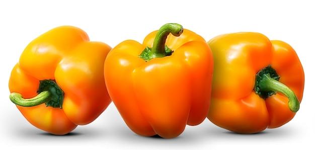 Grupo de pimenta laranja, isolado no fundo branco.
