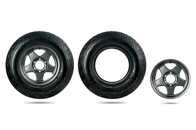 Grupo de pneu de carro projetado para uso em todas as condições de estrada com roda de liga leve isolada no fundo branco.