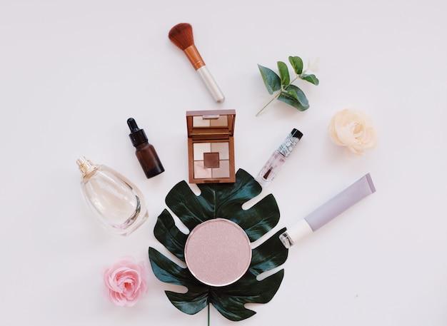 Grupo de produto cosmético vazio no fundo branco. brincar
