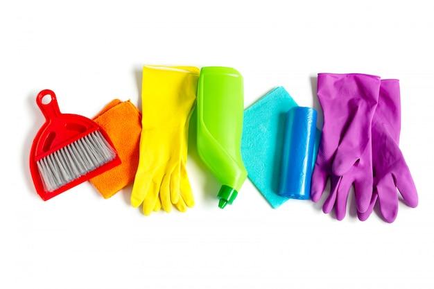 Grupo de produtos de limpeza de cores do arco-íris isoladas no branco.