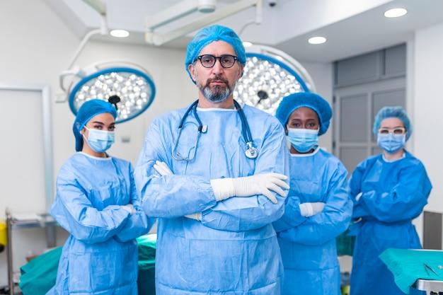 Grupo de profissionais de saúde, uma equipe de médicos, cirurgiões e enfermeiras