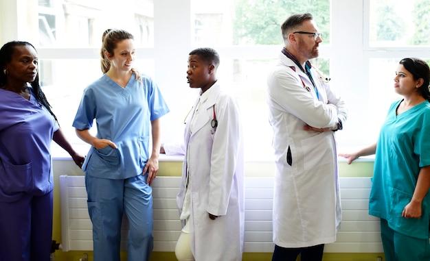 Grupo de profissionais médicos discutindo no corredor de um hospital