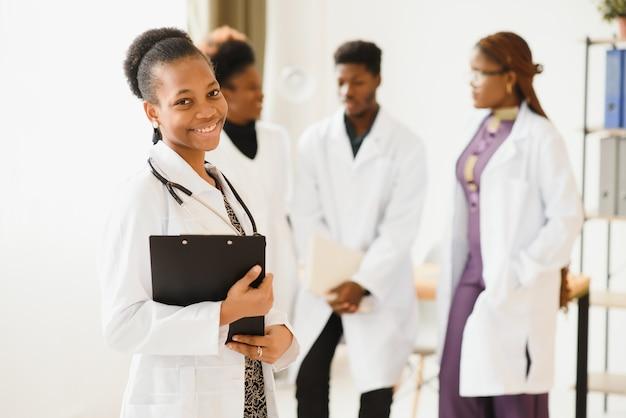 Grupo de profissionais médicos trabalhando juntos