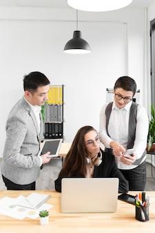 Grupo de profissionais trabalhando juntos