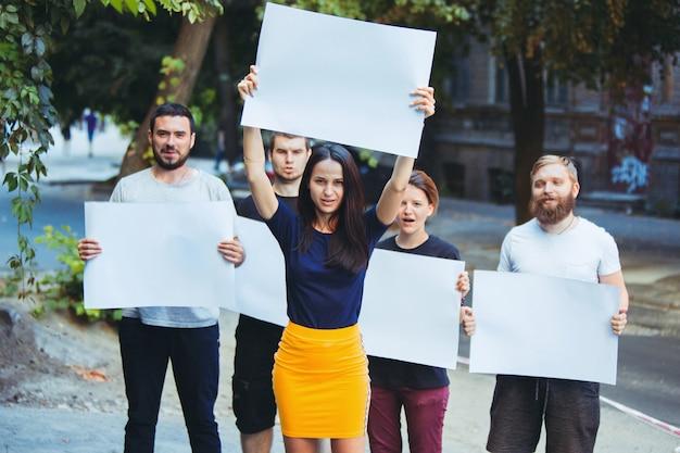 Grupo de protestar jovens ao ar livre