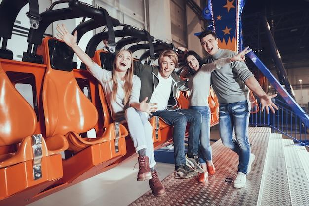 Grupo, de, quatro amigos, rir, em, parque divertimento