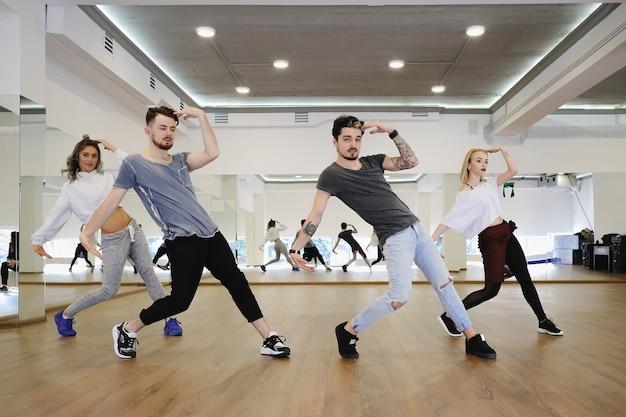 Grupo de quatro dançarinos de hip-hop