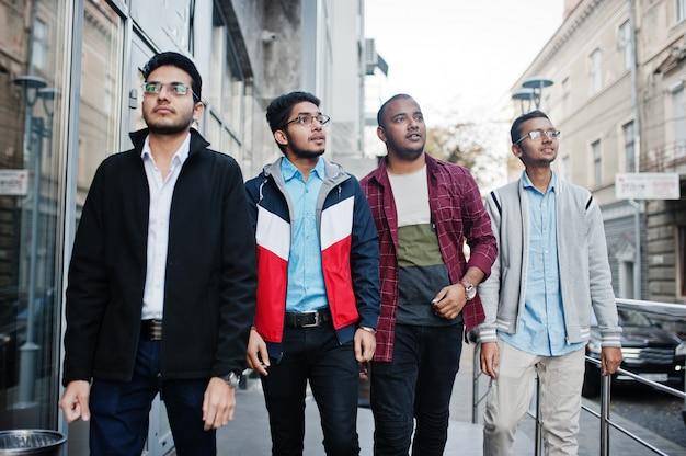 Grupo de quatro estudantes masculinos adolescentes indianos. os colegas passam algum tempo juntos.