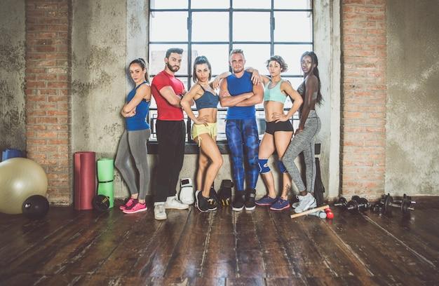 Grupo de raça mista de atleta na academia