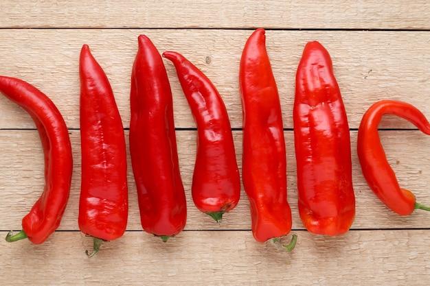 Grupo de red hot chili peppers na velha mesa de madeira. vista do topo.