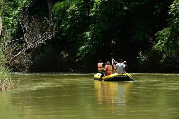 Grupo de remo no rio