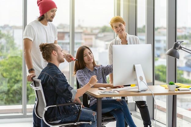 Grupo de retrato de pessoas de negócios asiáticos e multiétnicas com terno casual de brainstorming e