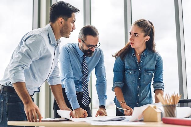 Grupo de reunião de negócios profissional e discussão de estratégia com novo projeto de inicialização