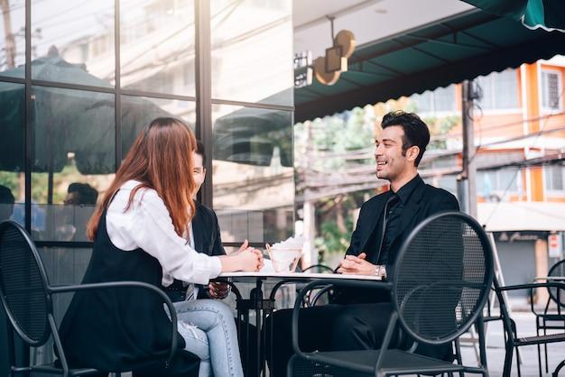 Grupo de reunião de trabalho em equipe de pessoas de negócios no distrito de negócios falando sobre novas oportunidades no crescimento econômico