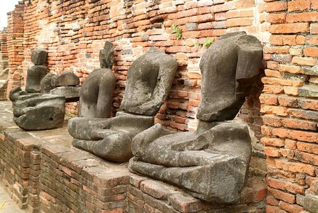 Grupo de ruínas de imagens de buda sem cabeça no antigo templo wat mahathat de ayutthaya, tailândia